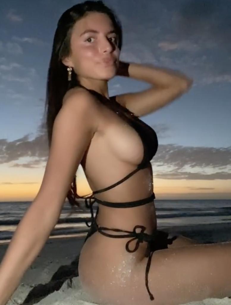 Изабелла Фонте раздевается в бикини дня