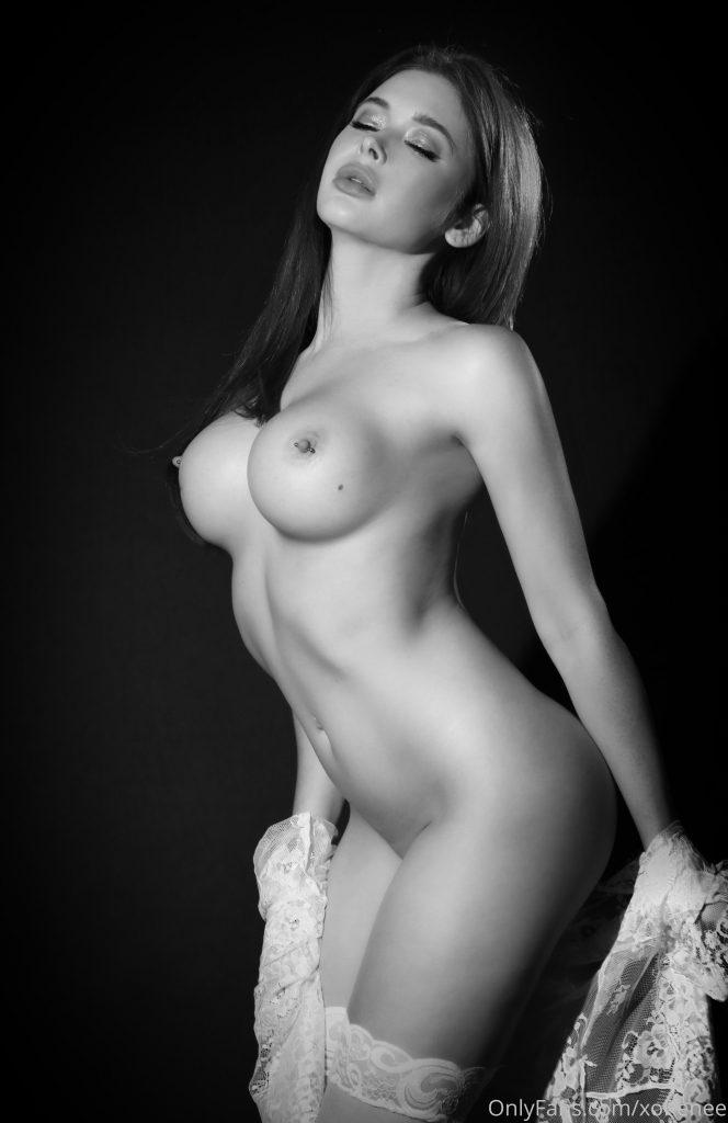 Обнаженная Рене Олстед в черно-белом цвете дня